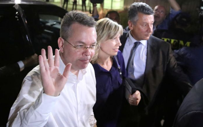 © Reuters. U.S. pastor Andrew Brunson and his wife Norrine arrive at the airport in Izmir