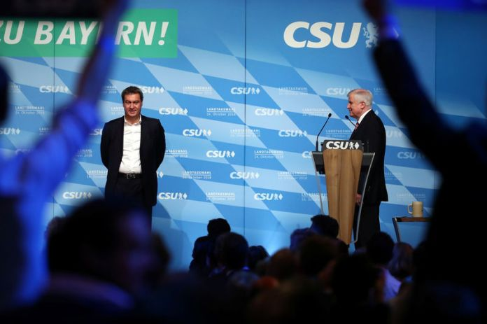 © Reuters. Leader of the CSU Seehofer and Bavarian State Prime Minister Soeder appear on stage during a CSU election campaign rally in Munich