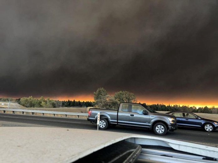 © Reuters. Vehicles are seen during evacuation from Paradise to Chico, in Butte County, California, U.S in this November 8, 2018 picture obtained from social media