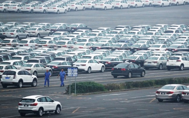© Reuters. Newly manufactured cars are seen at the automobile terminal in the port of Dalian, Liaoning