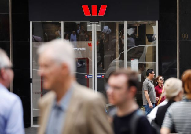 © Reuters. People walk past a Westpac bank branch in Sydney, Australia