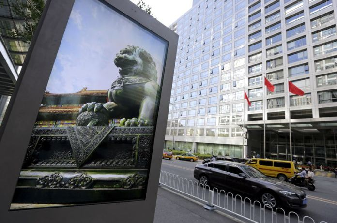 © Reuters. Advertising board showing a Chinese stone lion near an entrance to the headquarters of China Securities Regulatory Commission, in Beijing
