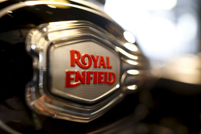 © Reuters. The logo of Royal Enfield is pictured on a bike at Royal Enfield's flagship shore in Bangkok