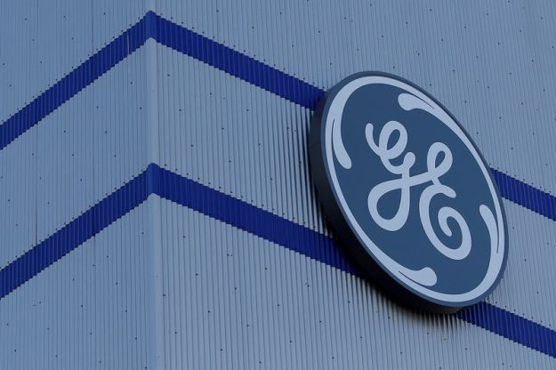 © Reuters. FILE PHOTO: The General Electric logo is pictured on the General Electric offshore wind turbine plant in Montoir-de-Bretagne