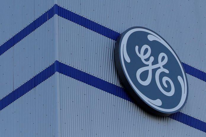 © Reuters. FILE PHOTO: The General Electric logo is pictured on the General Electric offshore wind turbine plant in Montoir-de-Bretagne