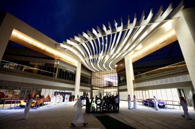 © Reuters. FILE PHOTO: People are seen at Riyadh Park mall during the opening of a cinema, in Riyadh