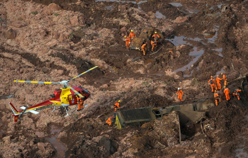 © Reuters. Rescue crew work in a tailings dam owned by Brazilian miner Vale SA that burst, in Brumadinho