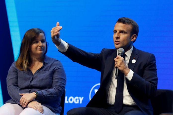 © Reuters. French President Emmanuel Macron talks to start-ups at VivaTech fair in Paris