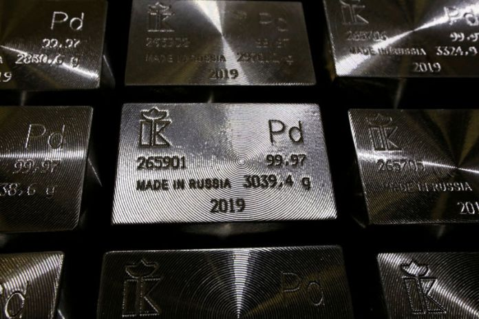 © Reuters. FILE PHOTO: Ingots of 99.97 percent pure palladium are stored at a plant of Krastsvetmet in Krasnoyarsk