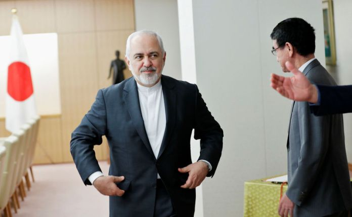 © Reuters. Iranian Foreign Minister Mohammad Javad Zarif is guided to his seat as he meets Japanese Foreign Minister Taro Kono in Tokyo