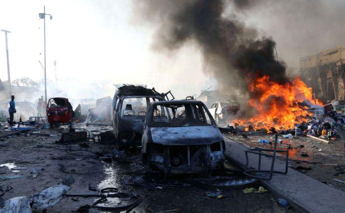 © Reuters. FILE PHOTO: Scene of explosion in the Hodan district of Mogadishu