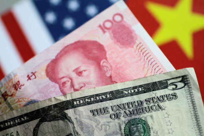 © Reuters. Illustration photo of U.S. Dollar and China Yuan notes