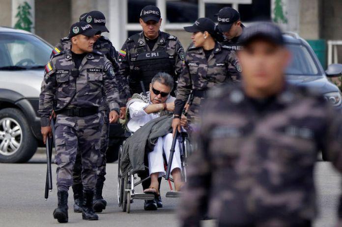 © Reuters. Colombia's Marxist FARC Jesus Santrich leaves the prison La Picota, minutes before being recaptured in Bogota