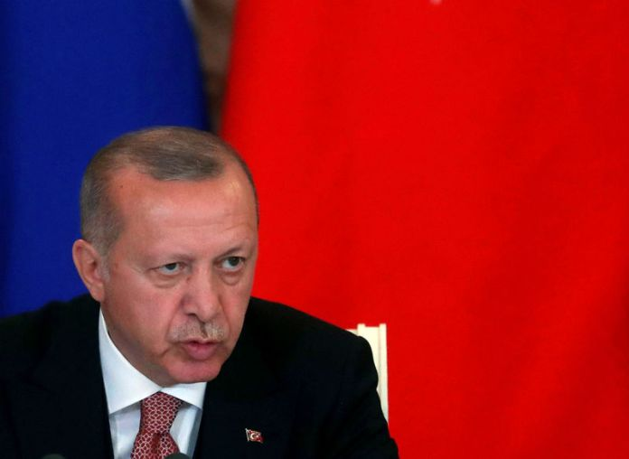 © -. FILE PHOTO: Russian President Vladimir Putin and Turkish President Tayyip Erdogan meet in Moscow