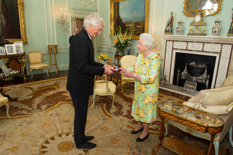 © Reuters. FILE PHOTO: Britain's Queen Elizabeth presents James Dyson with the insignia of members of the Order of Merit, during a private audience at Buckingham Palace, London