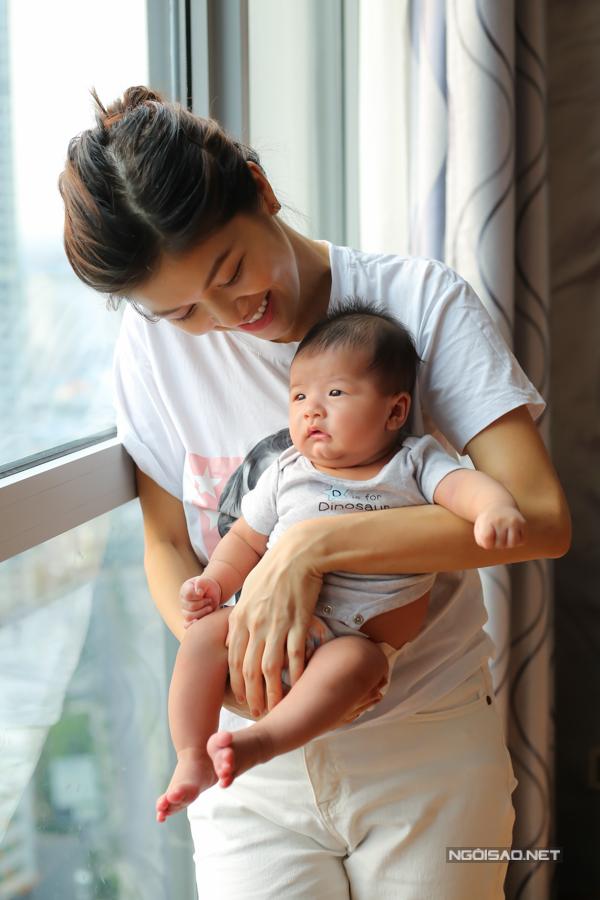 Oanh Yến sinh tự nhiên cả 4 lần và hiện đang cho con bú mẹ trực tiếp. Cô tự nhân mình là người cuồng con. Dù biết làm mẹ đơn thân là vất vả nhưng khi biết mình mang thai, cô kiên quyết giữ con lại.