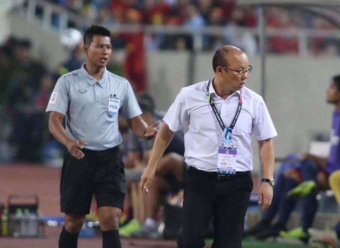 HLV Park Hang-seo nổi cáu khi Văn Hậu bị đánh nguội