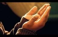 পিতা-মাতার কবরের পার্শ্বে গিয়ে দুই হাত তুলে দো'আ করা যাবে কি? এ সময় কিবলামুখী হ'তে হবে কি?