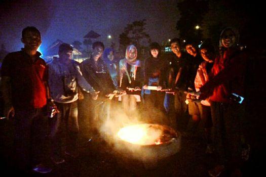 Semakin malam, apinya semakin mengecil. Beberapa orang merapat untuk mendapatkan kehangatan :D