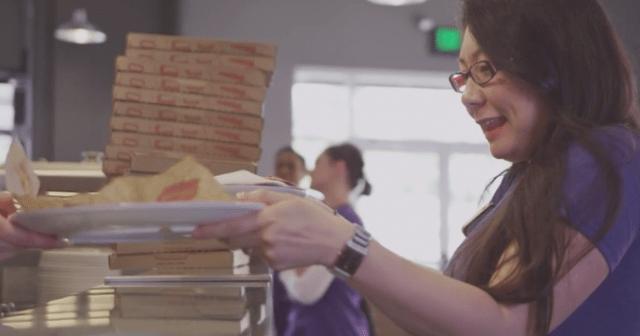 MODピザは笑顔で受け取る女性