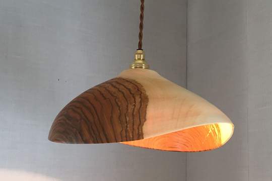 桜の木の木目が美しいランプシェード