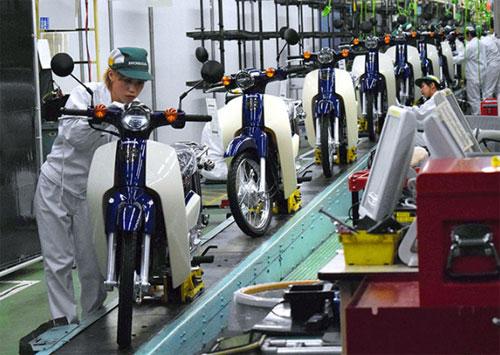 Xe bán ra tại Thái Lan được nhập khẩu từ Nhật Bản. Trong ảnh là dây chuyền sản xuất Super Cub phiên bản mới tại nhà máy của Honda ở Kumamoto, Nhật. Ảnh: Asahi.