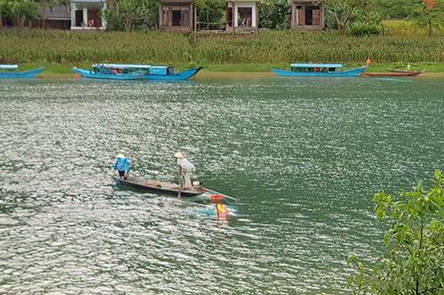 Hiện trường vụ lật thuyền trên sông Son. Ảnh: M.Ph