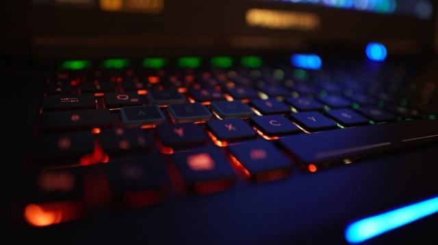 Consejos para tener una zona de juegos de PC bien iluminada: leds y luces de neón para dar brillo al escritorio
