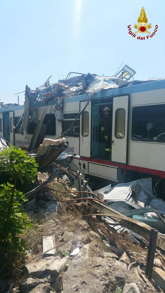 İtalya'da iki tren çarpıştı: 10 ölü