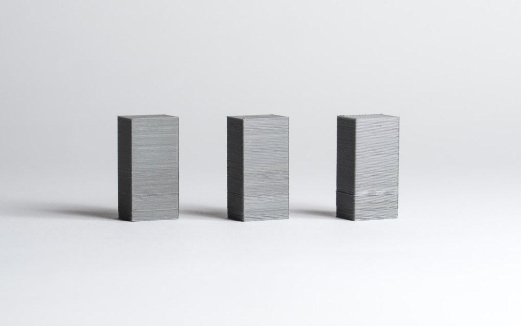 Değişken katman yüksekliği ile basılan aynı modeller. Daha ince katmanların daha iyi kaliteye neden olduğuna dikkat edin.