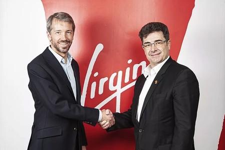 Apretón de manos tras el acuerdo entre Euskaltel y Virgin