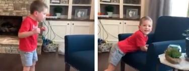 El emotivo vídeo viral de un niño de cinco años con una enfermedad cerebral grave al caminar solo por primera vez