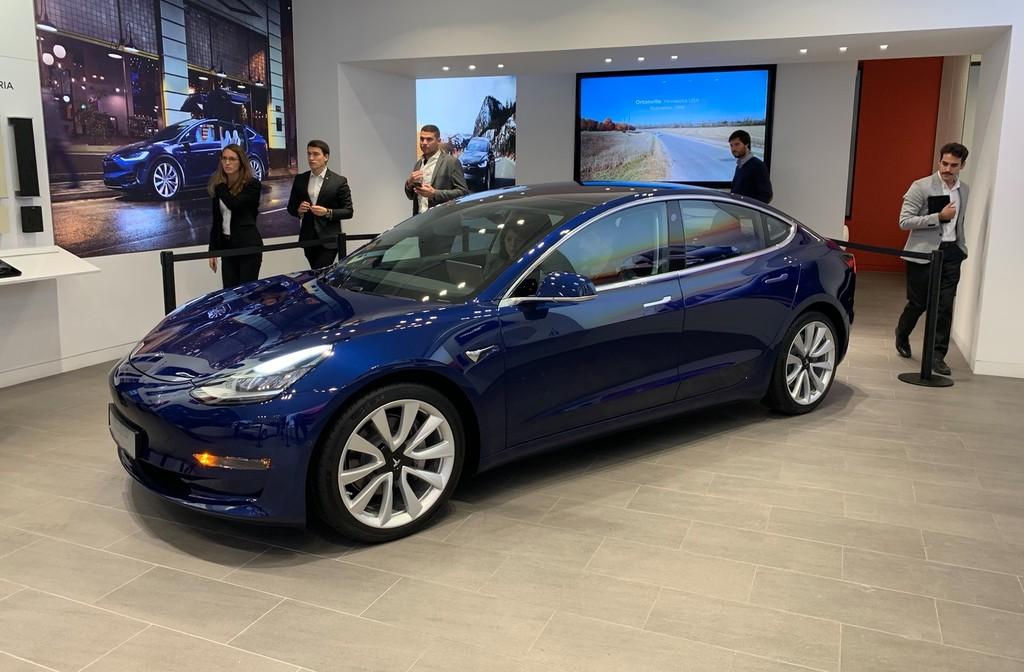 Sin acabados de lujo, pero sigue siendo un Tesla: primeras impresiones del Model 3 tras su primera aparición en Barcelona