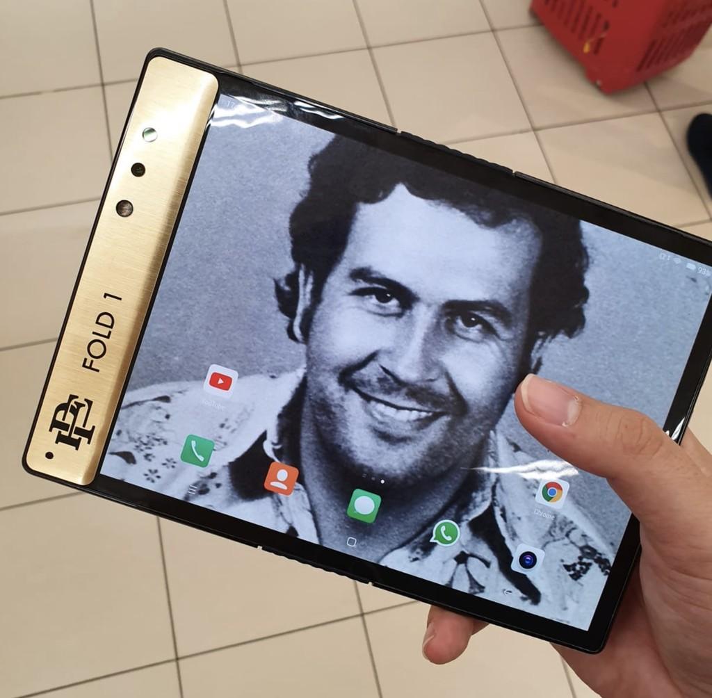 'Escobar Fold 1', el smartphone plegable con el que el hermano de Pablo Escobar (sí, el narcotraficante) quiere