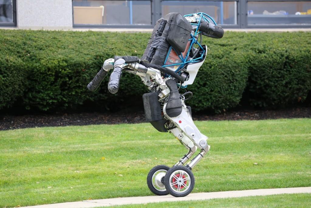 Permalink to El asombroso robot bípedo con ruedas de Boston Dynamics se vuelve más útil y hábil para apilar cajas de forma autónoma