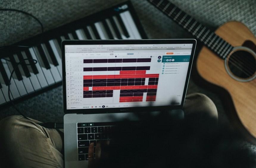 14 apps gratuitas y canales de YouTube para aprender a tocar la guitarra o el piano