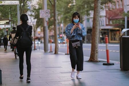 Una mujer anda con una mascarilla en Sydney, Australia.