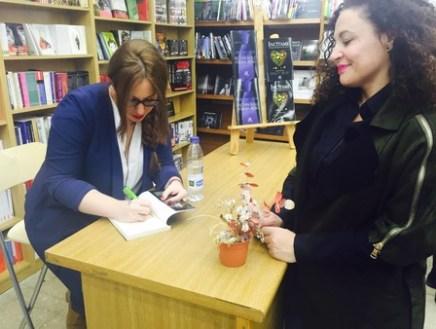 Myriam Ojeda en la firma de libros