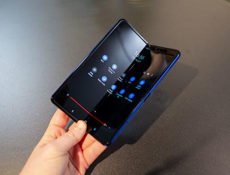 Samsung Galaxy Fold Semiabierto Cortinilla