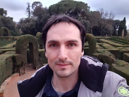 La cámara delantera pierde bastante detalle en los selfies; sin embargo con luz natural no se considera demasiado