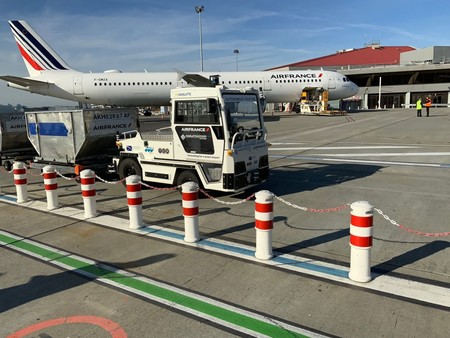 Air France Self Driving Baggage Tractor2