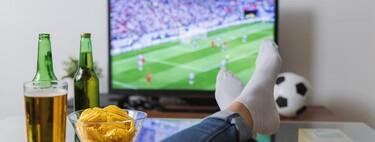 Es 2021 y seguimos sin poder ver el fútbol por Internet sin atarnos a un operador: esto es lo que pasa en otros países