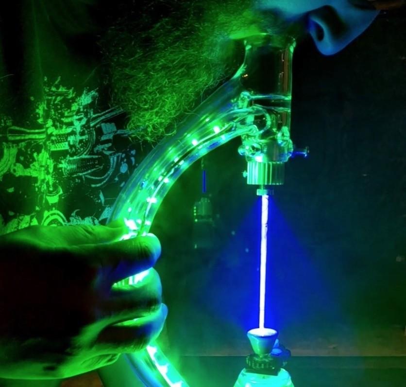 Un invento digno de Rick Sánchez: para fumar este nuevo láser bong necesitarás 2.400 dolares y gafas de protección
