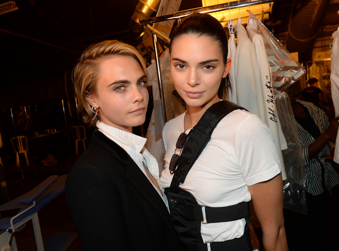 In a recent interview, kendall says she's been thinking about chopping off her hair, but she's been reluctant because she look exactly like mom kris jenner when she wears short wigs. La Celebridad Kendall Jenner Y Cara Delevingne Con Pelo Platino A Tazon
