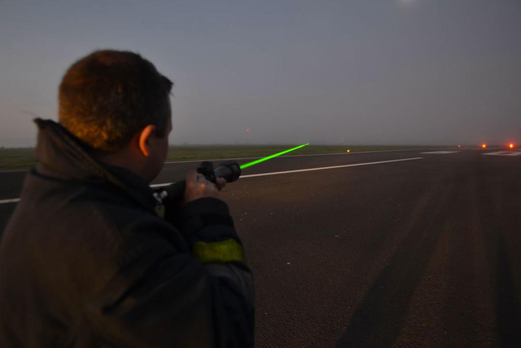 """Permalink to Un """"espantapájaros Jedi"""" sobre ruedas y con altavoces: así se ahuyenta a los pájaros en algunos aeropuertos"""