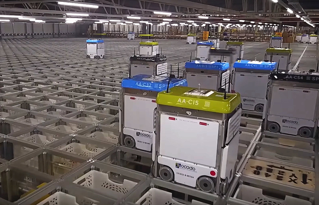 """Permalink to 1.100 robots autónomos que """"hablan"""" por 4G y procesan 65.000 pedidos a la semana: así se procesan los pedidos en Ocado"""