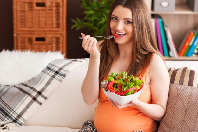Embarazada Comiendo Ensalada
