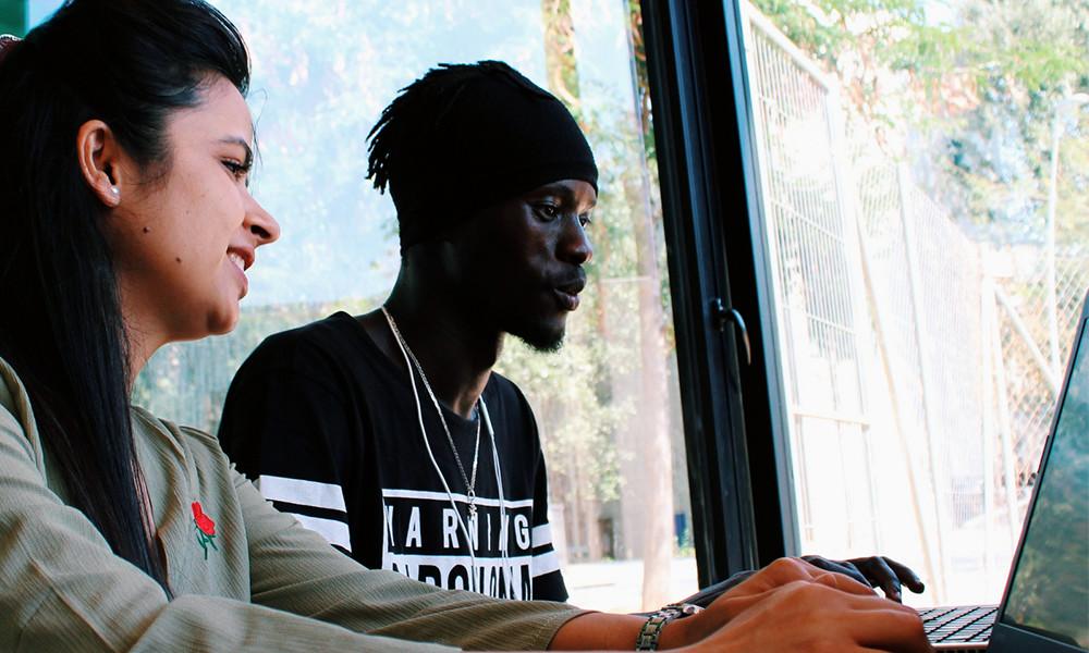 Hay profesionales enseñando a programar gratis a refugiados y personas en riesgo de exclusión: ésta es su historia