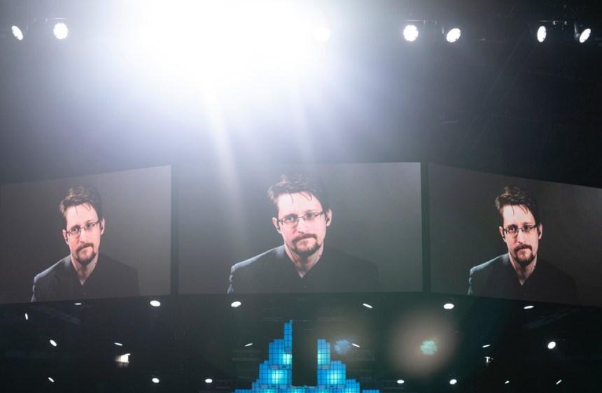 Edward Snowden critica a Amazon por contratar al ex director de la NSA