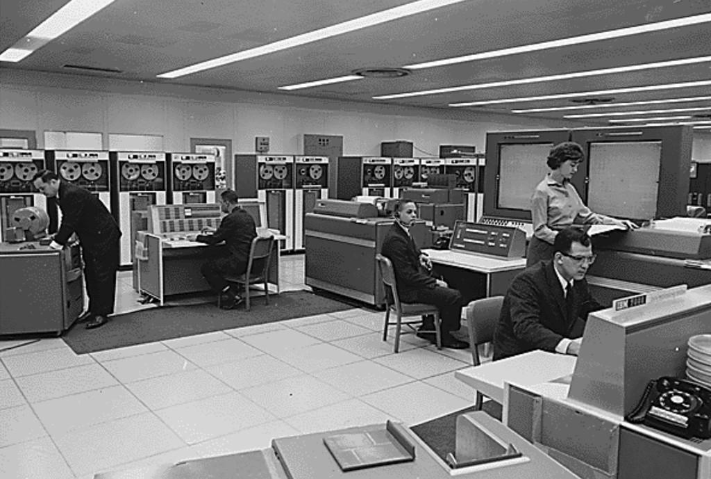 Ser programador en los 60 era una pequeña pesadilla: costaba dinero y no